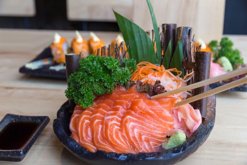 Sashimi de color salmón crudo en la placa negra - comida japonesa foto de archivo libre de regalías