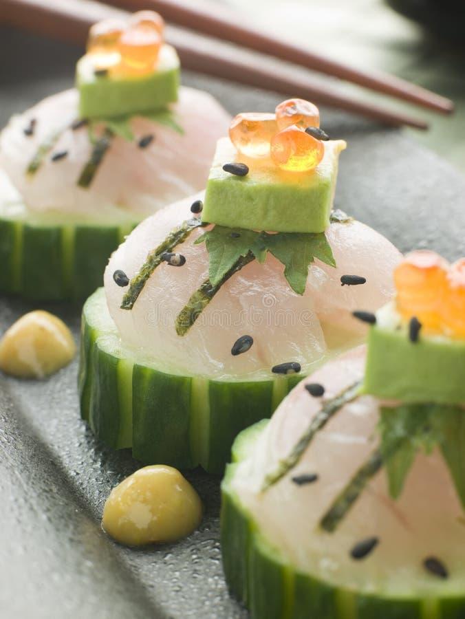 Sashimi des Seebarsches mit Avocado-und Lachs-Rogen lizenzfreie stockbilder