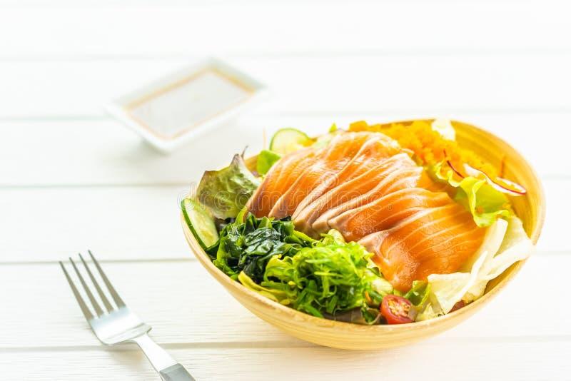 Sashimi di color salmone fresco crudo della carne di pesce con alga e l'altra insalata delle verdure fotografia stock
