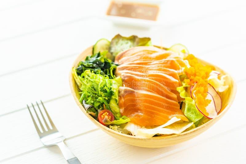 Sashimi di color salmone fresco crudo della carne di pesce con alga e l'altra insalata delle verdure fotografia stock libera da diritti