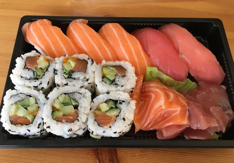 Sashimi do sushi e rolos de sushi ajustados foto de stock