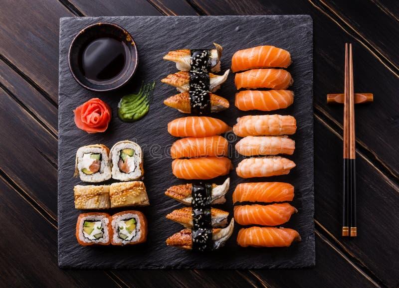 Download Sashimi Do Sushi E Rolos De Sushi Ajustados Foto de Stock - Imagem de rolos, refeição: 65575170