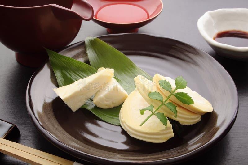 Sashimi do tiro de bambu com molho de soja e causa, alimento japonês fotografia de stock royalty free