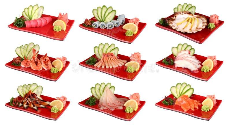 Sashimi en las placas rojas Plato japonés tradicional de los mariscos frescos En un fondo blanco foto de archivo libre de regalías
