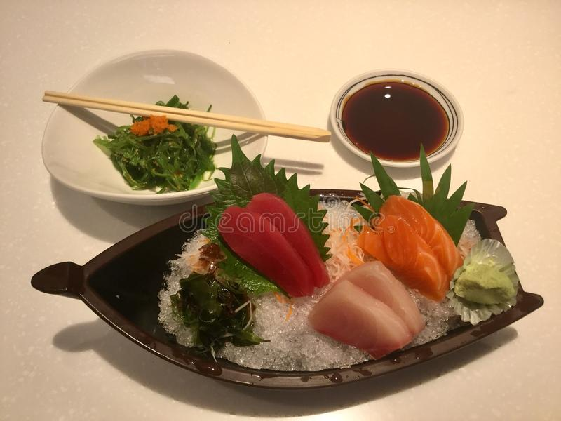 Sashimi en Wakame-Salade stock foto's
