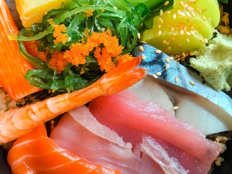 Sashimi japonais de nourriture Le poisson cru découpé en tranches mélangé a placé Poissons saumonés, thons, poissons de Saba, oeu photos libres de droits