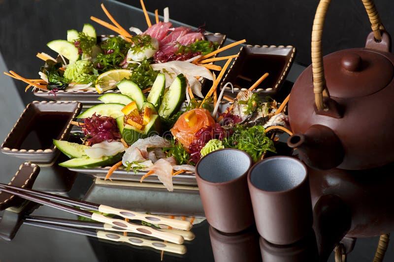 Sashimi mélangé, poisson cru avec l'algue images libres de droits