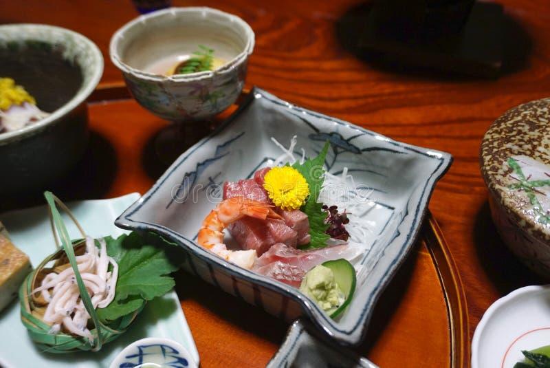 Sashimi misto con il fiore giallo sulla ciotola nell'insieme del giapponese fotografia stock libera da diritti