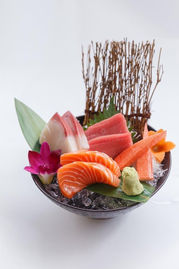 Sashimi-Satz umfassen rohe Lachse, rohe japanische Amberfisch Hamachi, rohen Maguro-Bluefin-Thunfisch und Kani-Krabben-Stock lizenzfreies stockbild