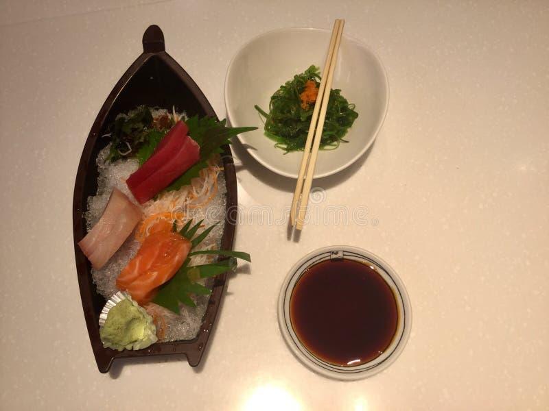 Sashimi-Teller mit Meerespflanzen-Salat stockbilder