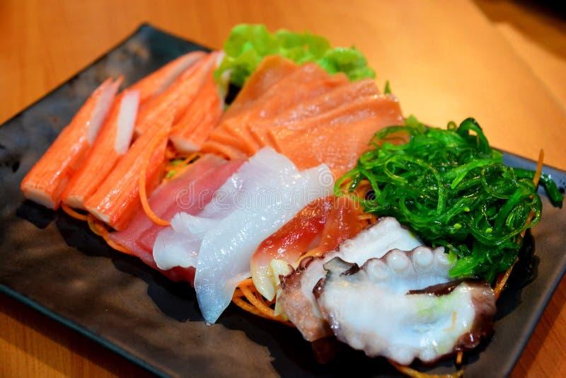 Sashimi vastgesteld met inbegrip van krabstok, tonijn, zalm en zalmbuik, het Japanse voedsel royalty-vrije stock fotografie