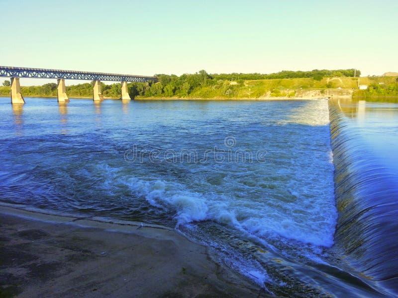Saskatoon Saskatchewan dammbyggnad på floden royaltyfri fotografi