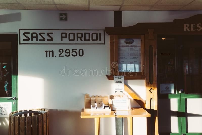 Sass Pordoi- inom chalet för kabelbil, Pordoi maximum, Dolomites arkivbild