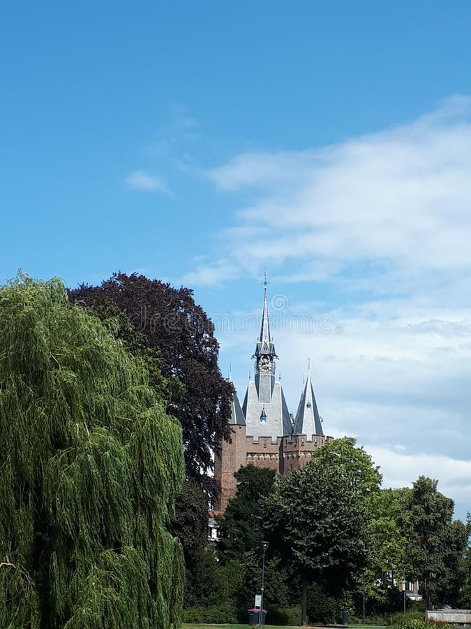 Sassenpoort Zwolle, οι Κάτω Χώρες, όμορφη άποψη από το νερό σε αυτό το ιστορικό ορόσημο στοκ εικόνα