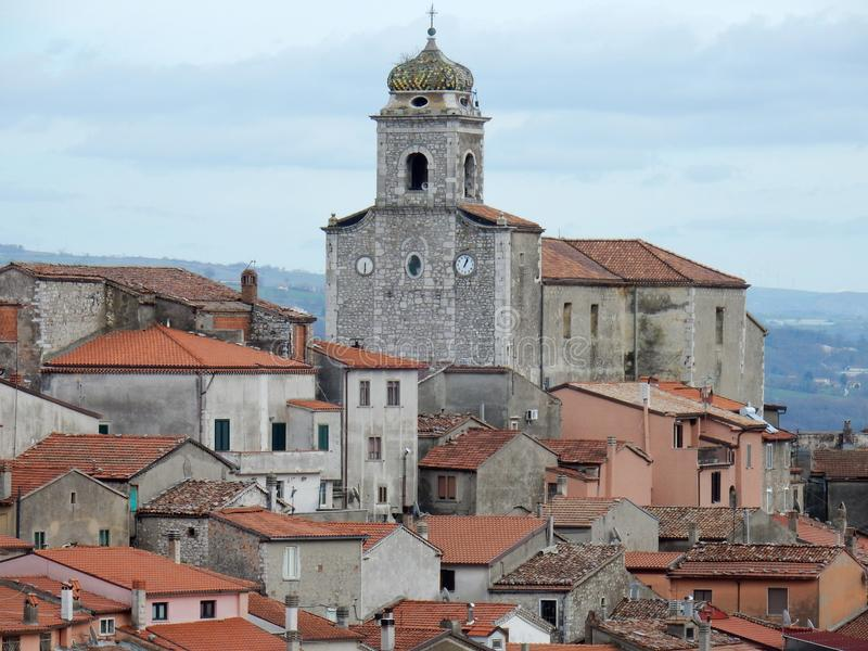 Sassinoro - vue de l'église de San Michele Arcangelo photo stock