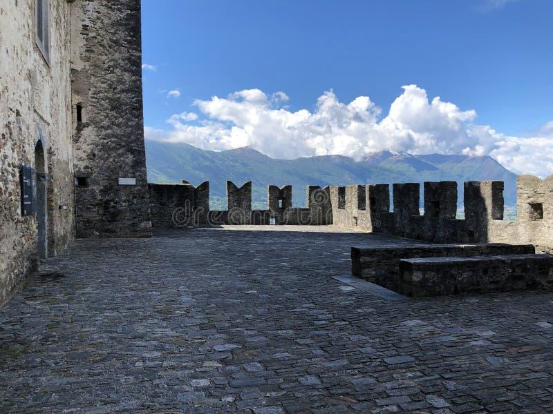 Sasso Corbaro Castle ή Castello Di Sasso Corbaro ή Burg Sasso Corbaro τα κάστρα της Μπελιντζόνα στοκ εικόνες