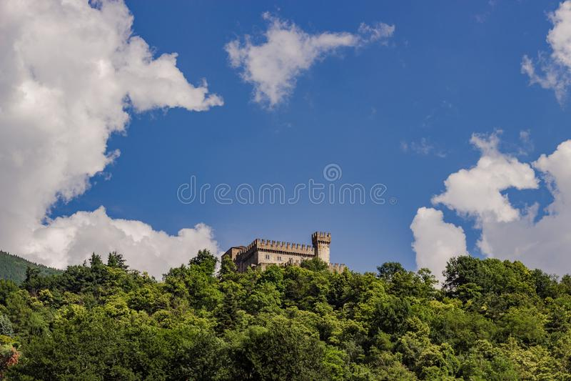 sassocorbaro城堡的风景图片在贝林佐纳 免版税图库摄影