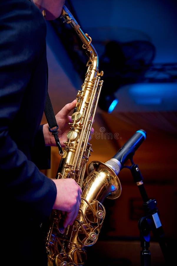 Sassofono nelle mani di un musicista fotografia stock libera da diritti