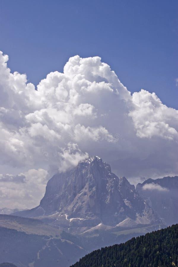 Sassolungo mit Wolkentürmen stockfotografie