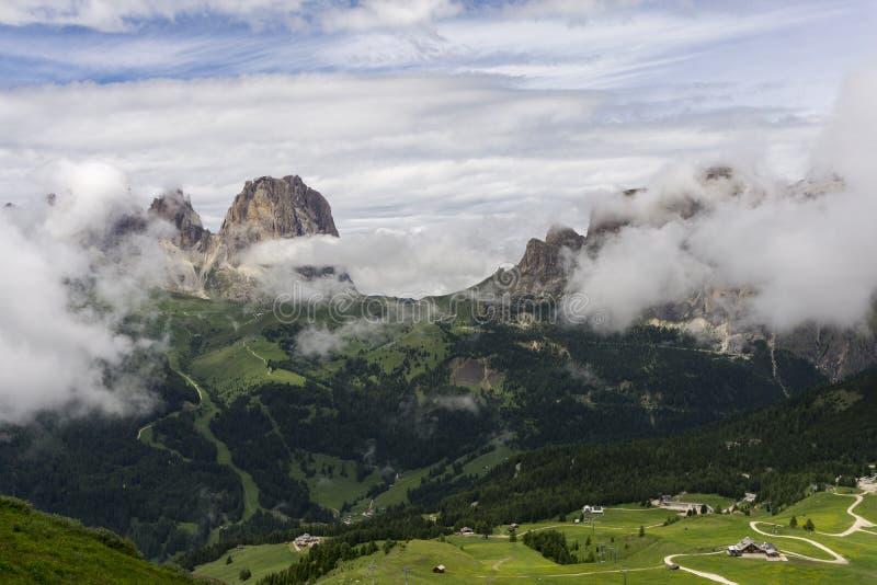 Sassolungo szczyty wśród chmur dolomity Włochy obraz royalty free