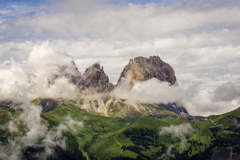 Sassolungo szczyty w chmurnym krajobrazie dolomity Włochy zdjęcie royalty free