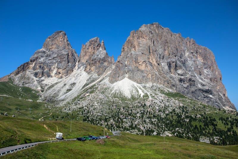 Sassolungo, val gardena, dolomity, Włochy Sassolungo alp stoi nad kolorowymi polami podczas lato sezonu w Val Garde obraz royalty free