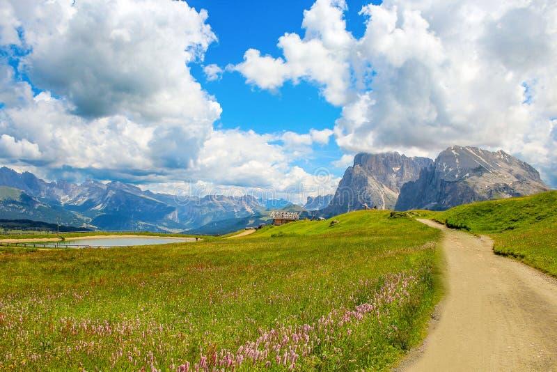 Sassopiattoen är ett berg av de Dolomitic fjällängarna höga 2 969 M s L M Det är delen av den Sassolungo gruppen, mellan Val Gard arkivfoton