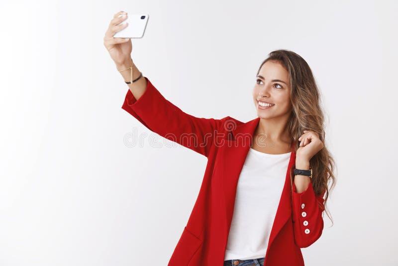 Sassy seguro de sorriso da menina tendo o selfie de tomada otimista do sentimento afortunado do dia tempo ensolarado da mola que  fotos de stock