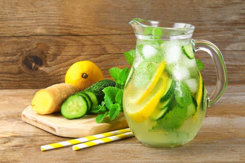 Sassy vatten Nytt kallt vatten med gurkan, citronen, ingefäran och mintkaramellen Detox- och viktförlust Vetegräspulver, måttband royaltyfria foton