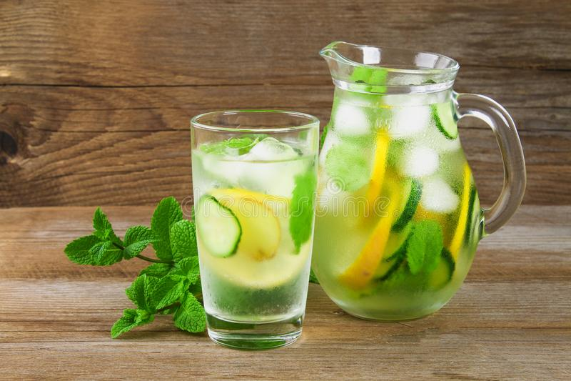 Sassy water Vers koel water met komkommer, citroen, gember en munt Detox en gewichtsverlies stock afbeelding