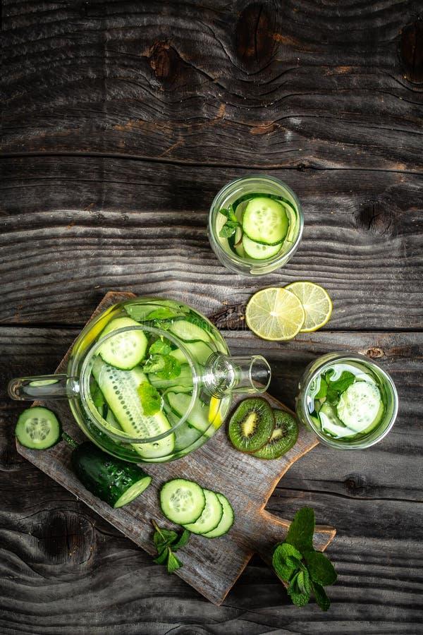 Sassy water Vers koel water met komkommer, kiwi en kalk Detox en gewichtsverlies Hoogste mening royalty-vrije stock fotografie
