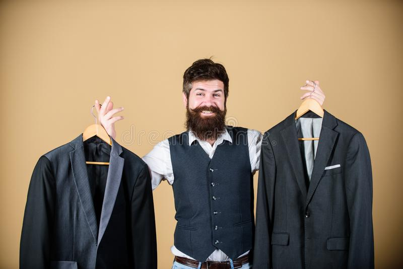 Sastre barbudo de los modistos de la moda del hombre Equipo de encargo elegante La adaptación y la ropa diseñan Perfeccione el aj fotos de archivo libres de regalías