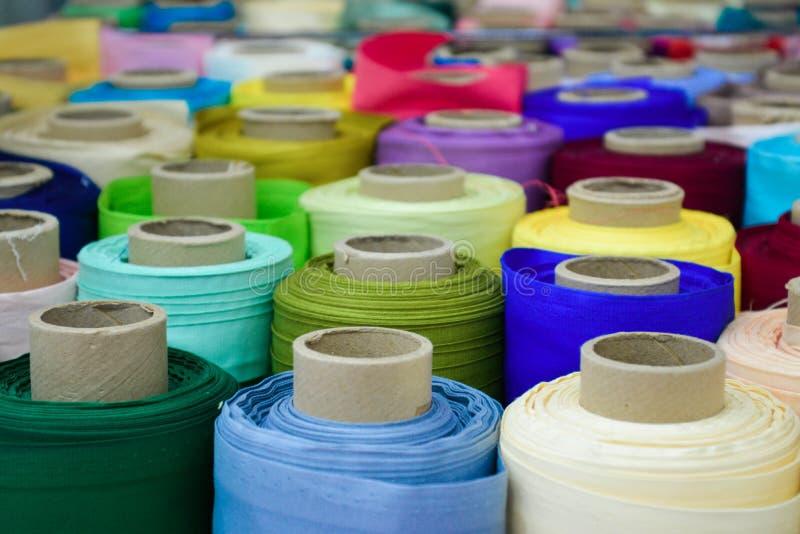 Sastre colorido de la tienda de los rollos de la materia textil de la tela imagen de archivo
