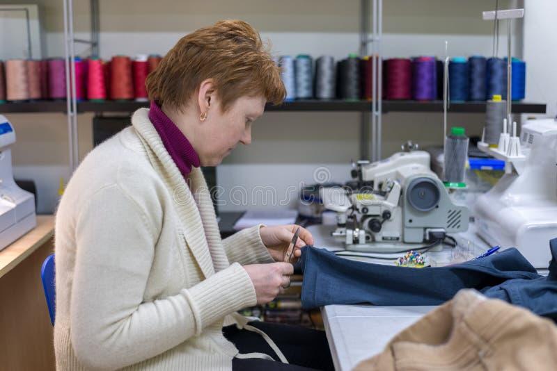 Sastre de la mujer en el trabajo en el taller foto de archivo libre de regalías