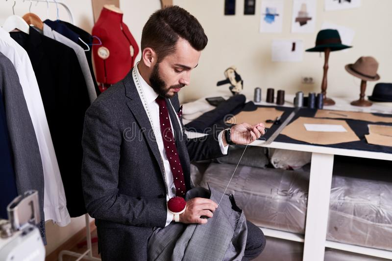 Sastre hermoso Making Jacket en taller foto de archivo