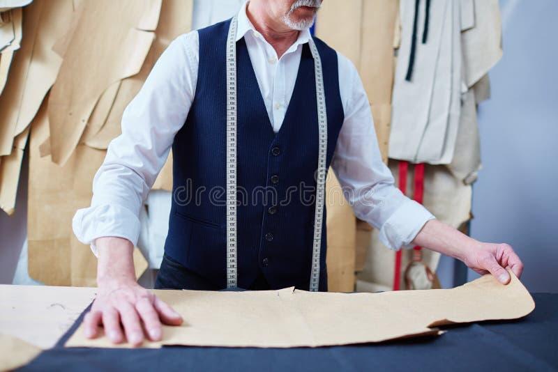 Sastre Making Bespoke Clothes en taller fotografía de archivo