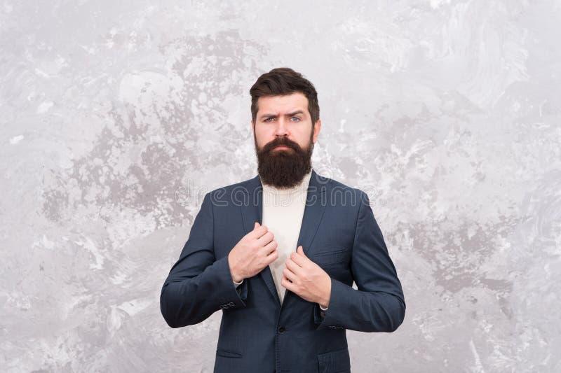 Sastre o dise?ador de moda Manera masculina Hombre de negocios maduro Inconformista barbudo brutal en traje formal Vida moderna imagenes de archivo