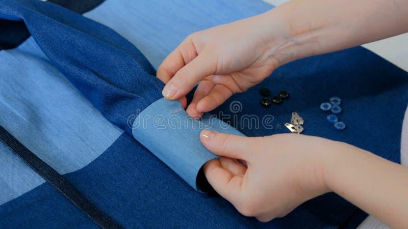 Sastre profesional, chaqueta de medición del traje del diseñador para coser en el taller imágenes de archivo libres de regalías