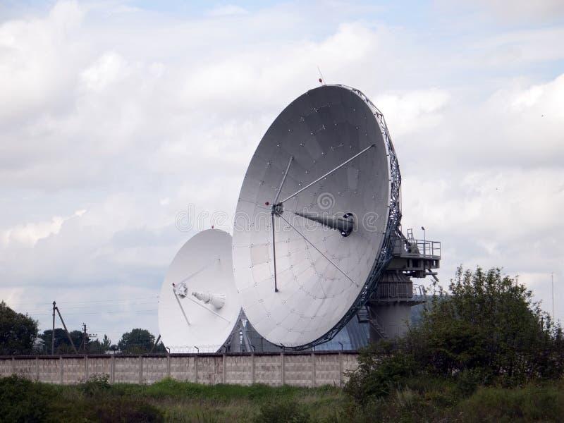 Satélites grandes, radares que olham o céu fotos de stock