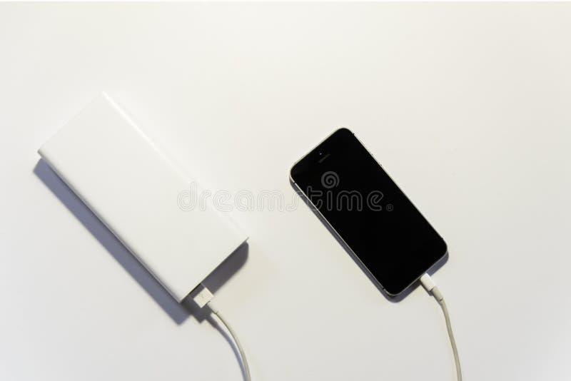 SAT hinunter ein Telefon, bewegliches Tr?umen, wie er vom enormen poverbank auflud stockbilder