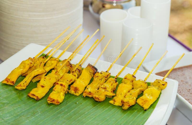Satay pork grillad pork med gul curry arkivbilder