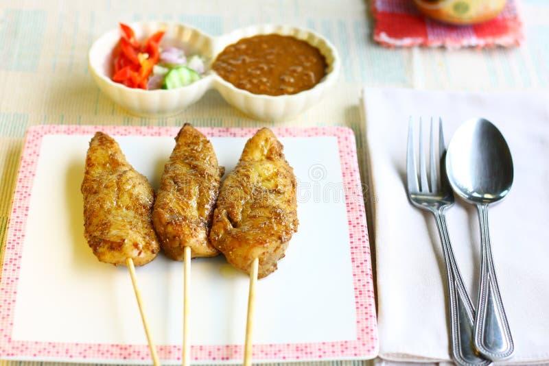 Satay da galinha servido com molho do amendoim imagem de stock