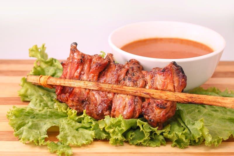 Satay est un plat malais et indonésien de viande grillée images libres de droits