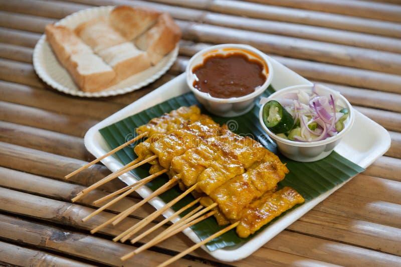 Satay för griskött skewered med bambupinnen och som tjänas som med en sås royaltyfri bild