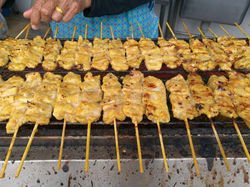 Блюдо традиционного тайского рецепта еды улицы, свинина Satay Grilled закуски marinated ручка протыкальника свинины barbecued на  стоковое изображение