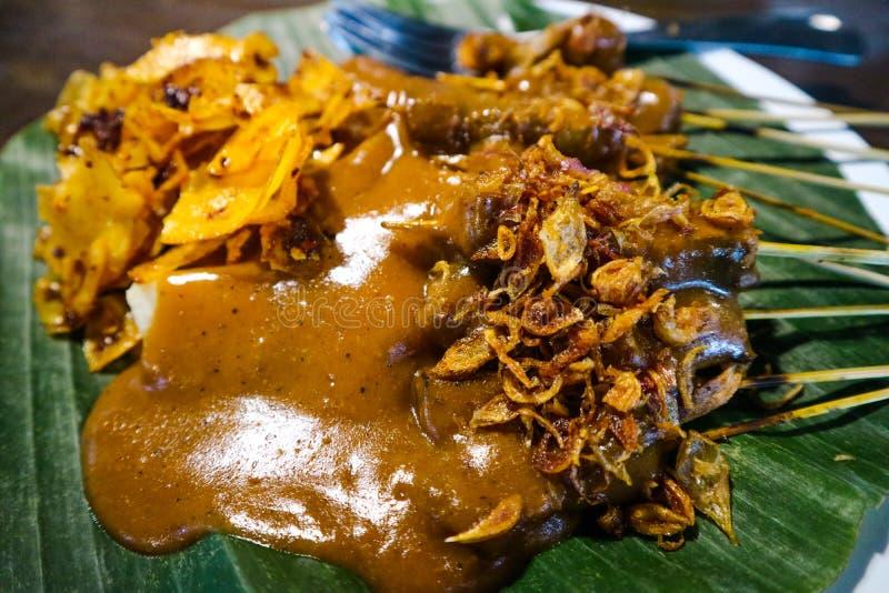 Satay Padang med kryddigt kryddamatkännetecken av det indonesiska Padang området arkivbild