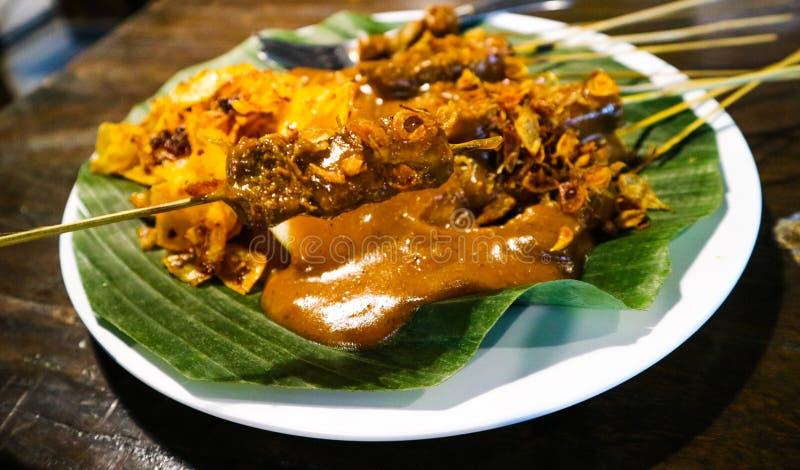 Satay Padang med kryddigt kryddamatk?nnetecken av det indonesiska Padang omr?det arkivbild