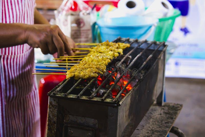 Satay-Schweinefleisch grillte auf dem Ofen stockfoto