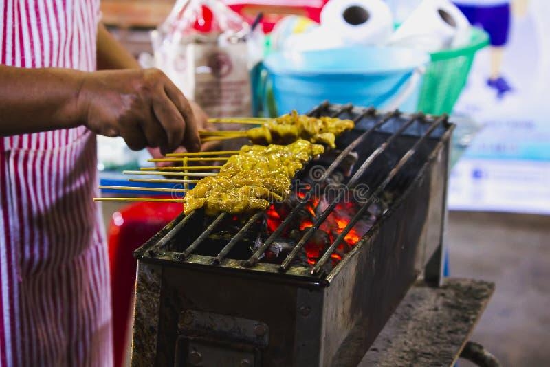 Satay-Schweinefleisch grillte auf dem Ofen lizenzfreie stockbilder