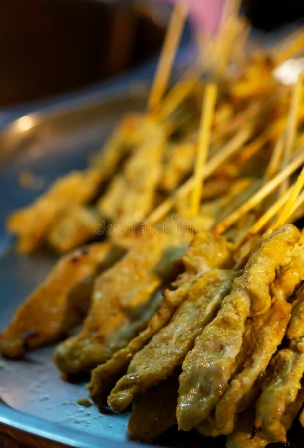 Satay varkensvlees, voorgerecht van Thais straatvoedsel royalty-vrije stock foto